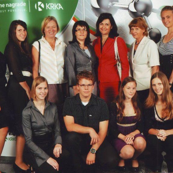 Krkini nagrajenci z mentoricami in ravnateljico, okt. 2011, foto Arhiv Krke