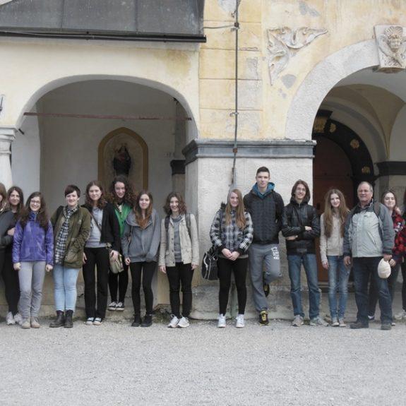 Skupinska pred cerkvijo