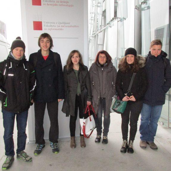 Tekmovalci z eno izmed mentoric, foto: Branka Klemenčič