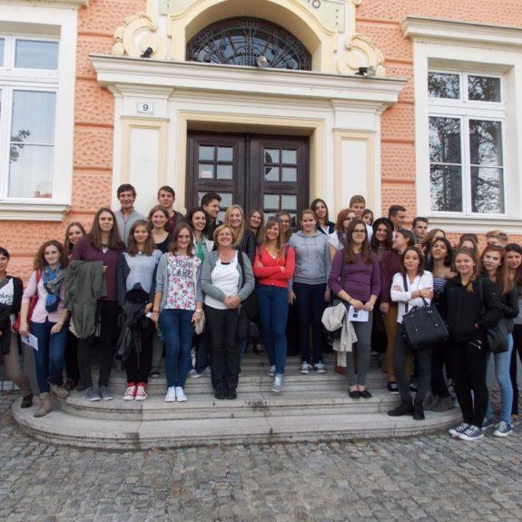 Skupinska slika pred šolo
