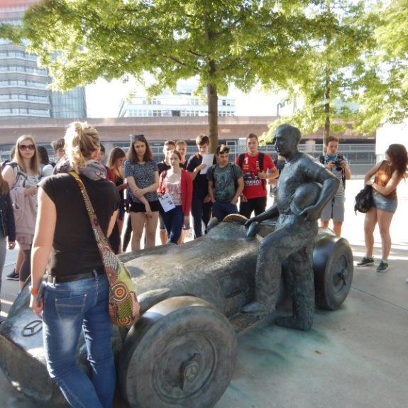 Pred muzejem Mercedes Benz, foto N. S. Zupančič