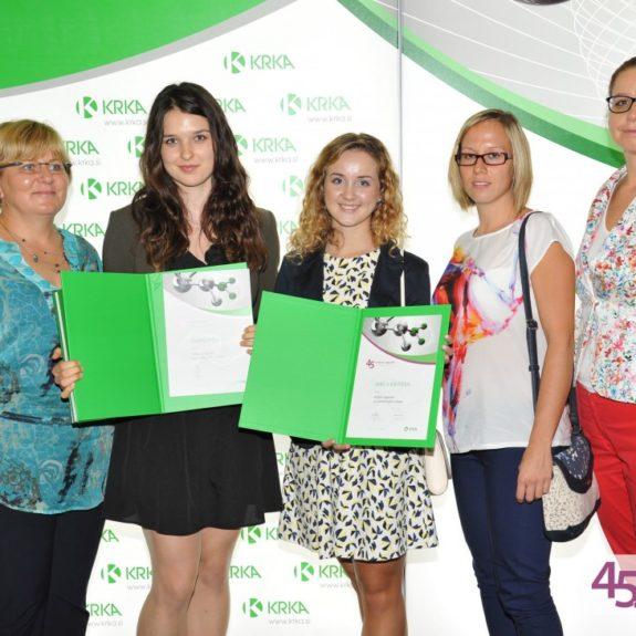 Krkine nagrade, nagrajenki Jerca in Tjaša z mentorji in ravnateljico, sept. 2015, foto: arhiv Krke
