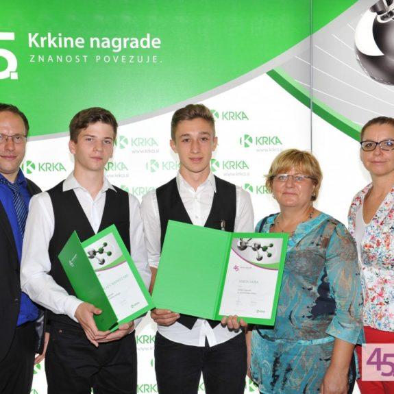 Krkine nagrade, nagrajenca Simon in Nikolaj z mentorji in ravnateljico, sept. 2015, foto: arhiv Krke