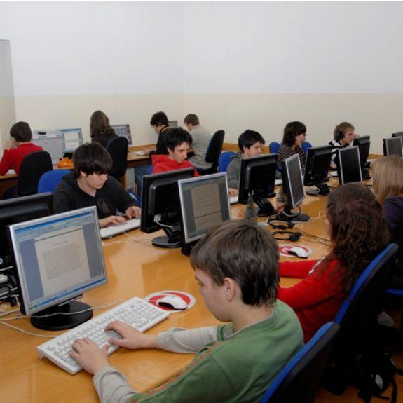 Informatikunterricht im modernen Computerraum, Foto M. H.