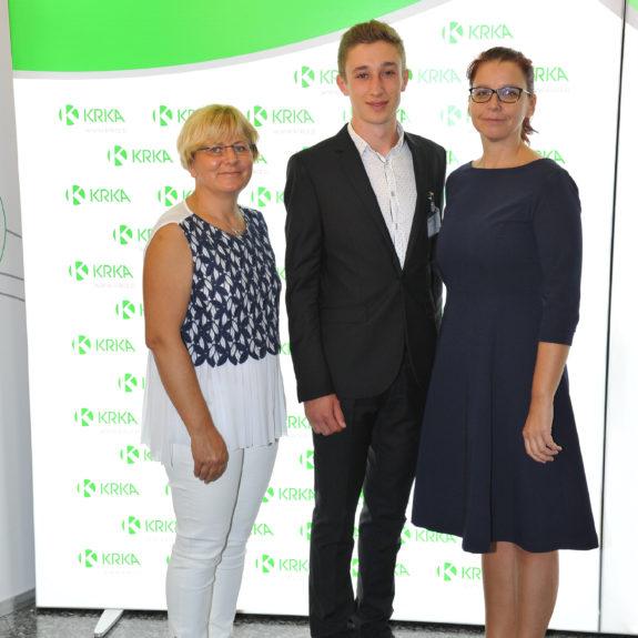 Nagrajenec Simon Iskra z mentorico in ravnateljico, foto: Arhiv Krke, d.d., Novo mesto
