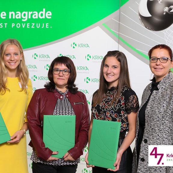 Nagrajenki Nastja Medle, Laura Medved z mentorico in ravnateljico, foto: Arhiv Krke, d.d., Novo mesto