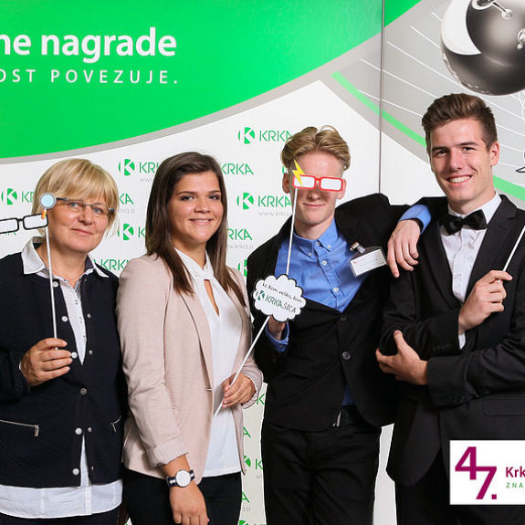 Nagrajenci Larsen Cundrič, Matic Rajnar, Taja Skube z mentorico, foto: Arhiv Krke, d.d., Novo mesto