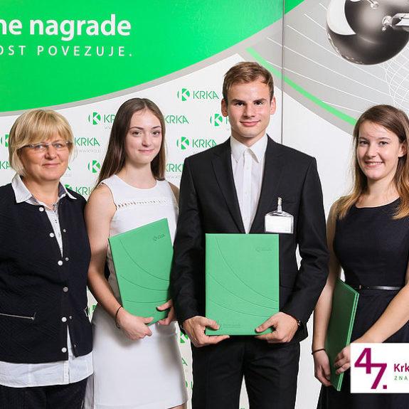 Nagrajenci Tjaša Grabnar, Larisa Grubič, Luka Kunej z mentorico, foto: Arhiv Krke, d.d., Novo mesto