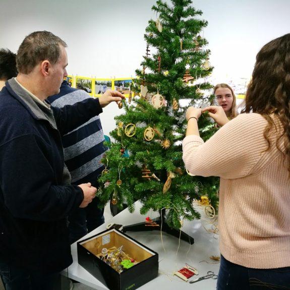 Okraševanje božičnega drevesca, foto: OZRK