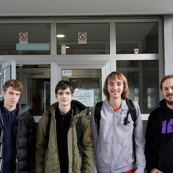 Tekmovalci, Jan Anžlovar, Luka Hadl, Jon Judež in mentor Gregor Žagar, foto Miha Hadl