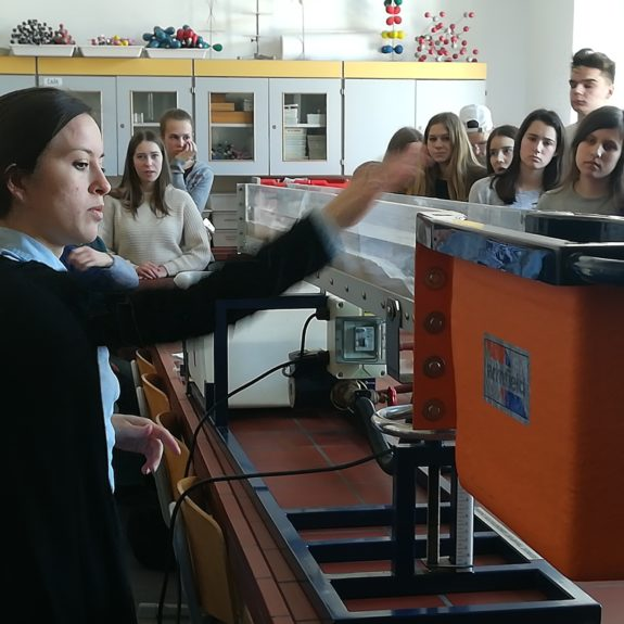 2. a in 2. b pri predstavitvi modela prestavljanja sedimentov, foto Branka Klemenčič