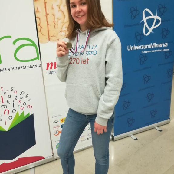 Anja z medaljo za osvojeno 1. mesto v kategoriji Naključne besede, foto: Branka Klemenčič