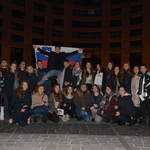 Pred parlamentom, foto: Lana Jeglič