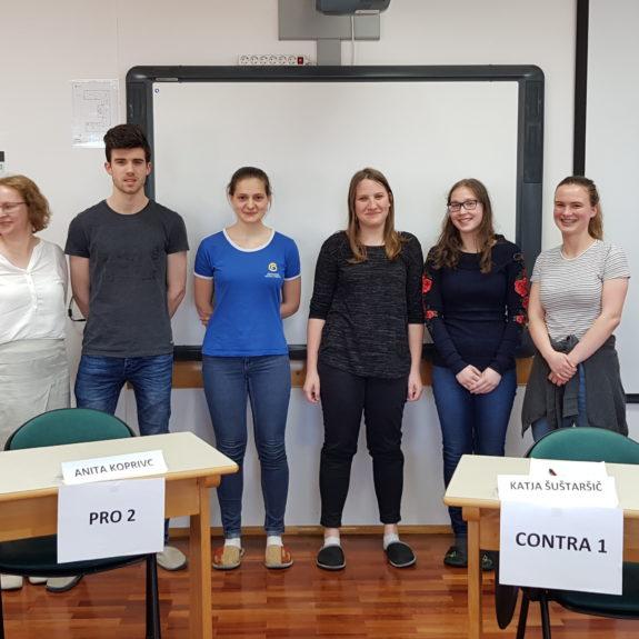 Tekmovalci z mentoricama, dr. Philippom Reisnerjem ter alumni, foto: Vasja Jakše