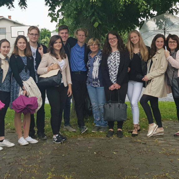 Srebrni in zlati mladi raziskovalci z mentoricama, foto: Tanja Gačnik