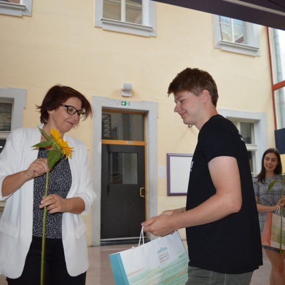 Zlati maturant Domen Mohorčič z ravnateljico Mojco Lukšič, foto: Branka Klemenčič