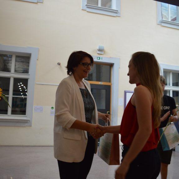 Zlata maturantka Tanja Topić z ravnateljico Mojco Lukšič, foto: Branka Klemenčič