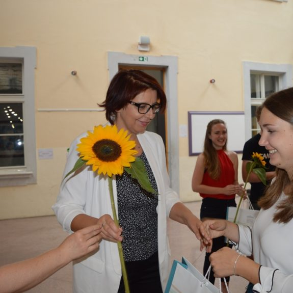 Zlata maturantka Ana Čuk z ravnateljico Mojco Lukšič, foto: Branka Klemenčič