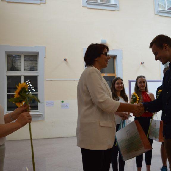Zlati maturant Luka Kunej z ravnateljico Mojco Lukšič, foto: Branka Klemenčič