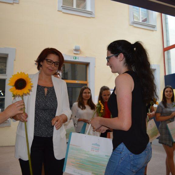 Zlata maturantka Ana Šenica z ravnateljico Mojco Lukšič, foto: Branka Klemenčič