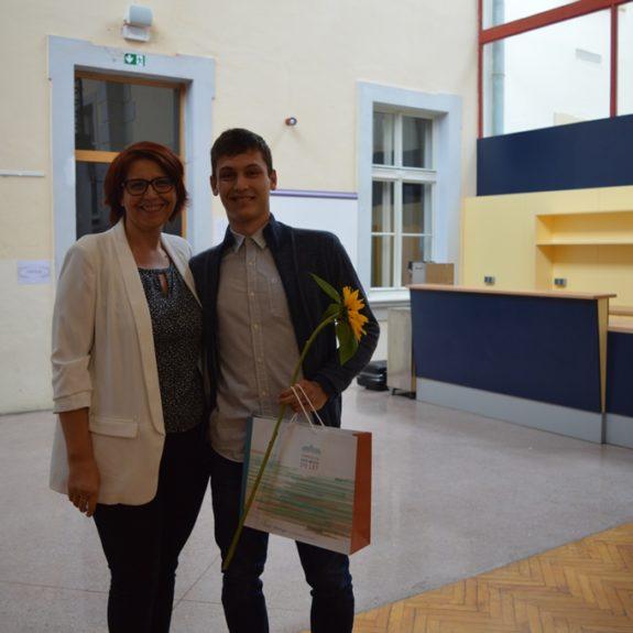 Žan Zakošek z ravnateljico Mojco Lukšič, foto: Branka Klemenčič