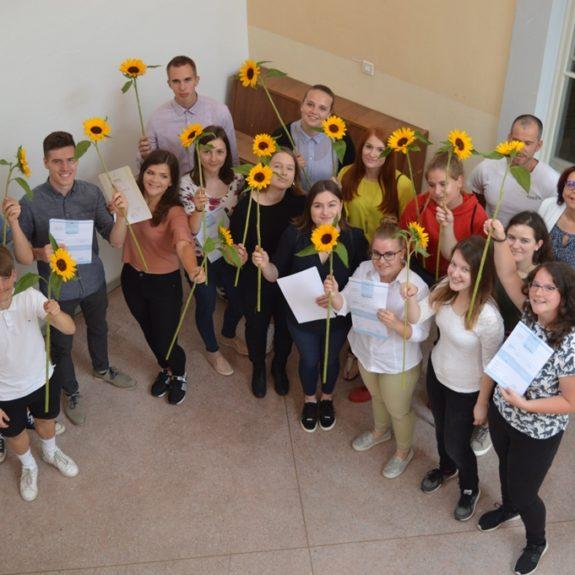 Dijaki 4. e z razrednikom in ravnateljico, foto: Tatjana Durmič