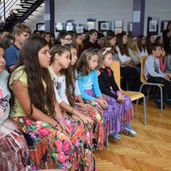 Učenci iz dnevnega centra Brezje med gimnazijci, foto: Jana Prijatelj