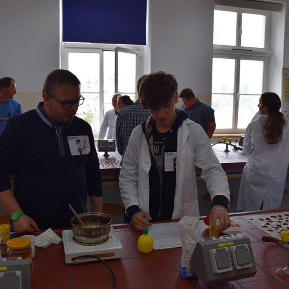 Priprava sestavin za mazilo - Srečanje z varovanci VDC Črnomelj, foto: Anica Kastelec