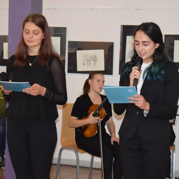 Povezovalki programa, Eva Novak in Anita Koprivc, foto: Jana Prijatelj