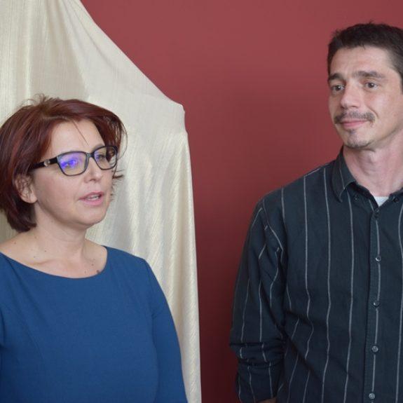 Mojca Lukšič in akademski slikar Tomislav Blaževića (avtor Gimnazijske z Rastočo knjigo), Foto: Jana Prijatelj