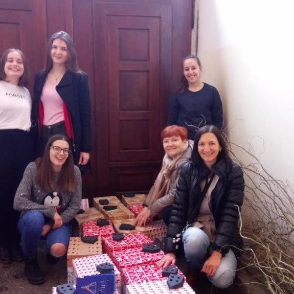 Pripravljanje darilnih paketov, foto: arhiv Gimnazije Novo mesto