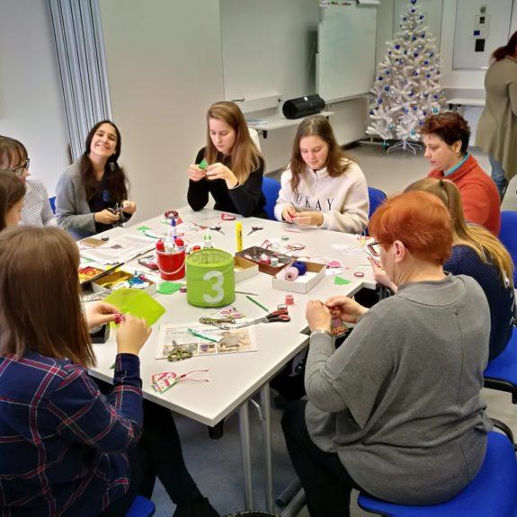 RK - Izdelovanje novoletnih okraskov v skupini, foto: Andreja Murgelj