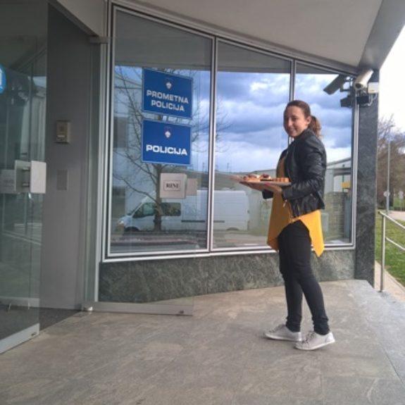 Prostovoljka Mojca Muhič, ki je s pitami razveselila novomeške policiste, reševace ....