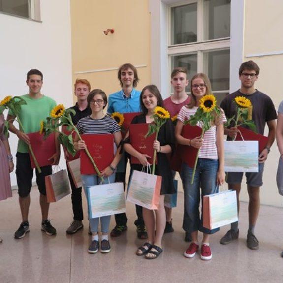 Zlati maturanti z ravnateljico Mojco Lukšič in pomočnico ravnateljice Anito Nose, foto: Branka Klemenčič