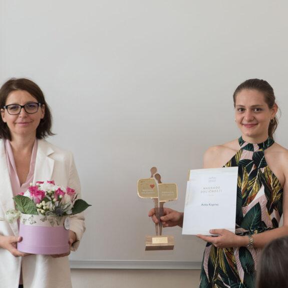 Prejemnica nagrade odličnosti Anita Koprivc z ravnateljico Mojco Lukšič, foto: Miha Hadl