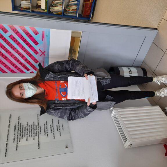 Neža Račečič s pismi po Dnevu za spremembe, foto: arhiv Gimnazije Novo mesto
