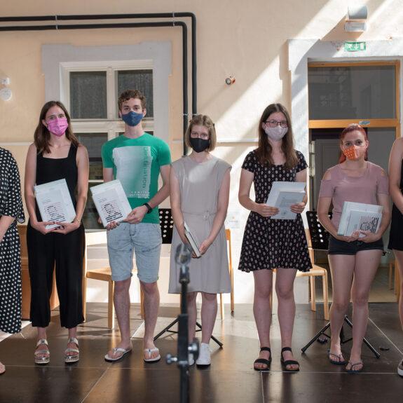 Prejemniki priznanj z nagrado iz 2. letnika z ravnateljico, foto: Mihal Hadl